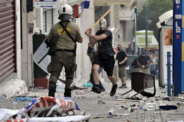 Grecja. Starcia protestujących z policją podczas 48-godzinnego strajku generalnego, 28 czerwca. Fot. ARIS MESSINIS/afp/east news