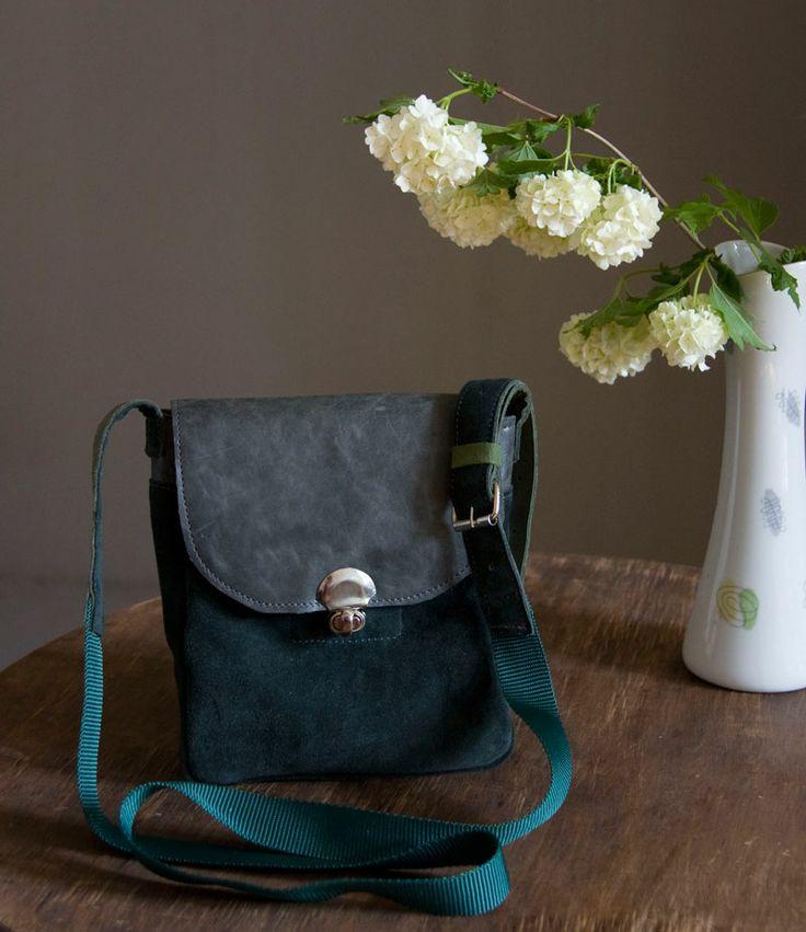 Średniej wielkości torebka ze szmaragdowe irchy z długim paskiem. Mieści format A6 z zapasem. #smaragd #spring_bag #little_bag #leather_bag