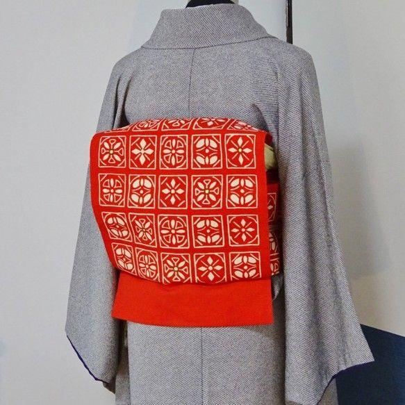 赤に白柄のかがり名古屋帯(リサイクル未使用品、正絹)を造り帯にしました。朱色に近い赤地に白の四角形が並んだかわいい柄です。四角形の中には図形化された4種類の花...|ハンドメイド、手作り、手仕事品の通販・販売・購入ならCreema。