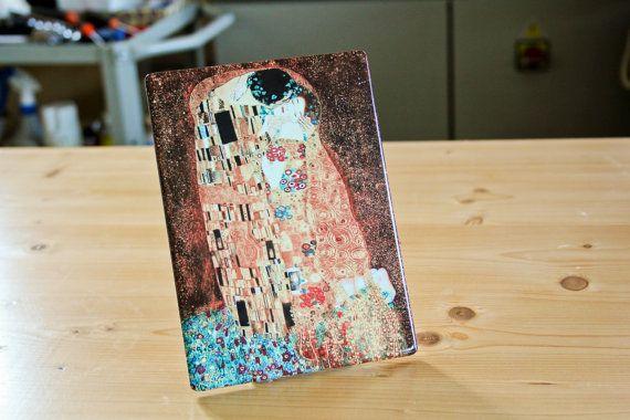 Il capolavoro di Gustav Klimt Il Bacio torna a nuova vita con questa preziosa stampa su ceramica. Una riproduzione fedele di questa magnifica opera che abbellirà qualsiasi spazio in cui la poniate. Questa stampa di altissima qualità, cotta su ceramica a oltre 850°C conferisce al supporto una vita eterna!  Noi di FotoceramicheOnline possiamo permetterci di garantire il prodotto per 50 anni dai danni causati dai raggi UV e dai graffi. Non perdere loccasione di avere, insieme a te, questi…