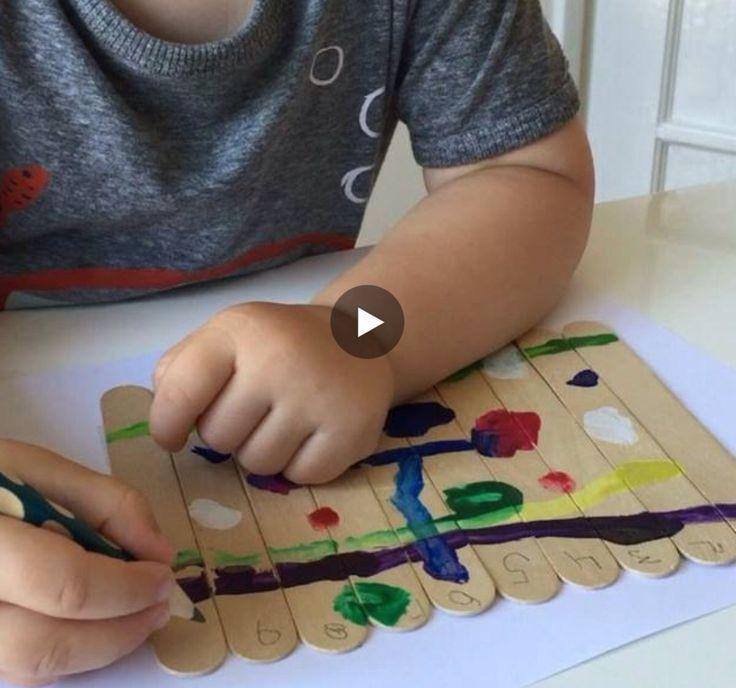 https://www.facebook.com/earlylearningtoy/videos/314452605563198/ Laat de kinderen met brede ijslolly stokjes een eigen puzzel schilderen. Plak de stokjes aan de achterkant met plakband aan elkaar, laat het kind schilderen en elk stokje nummeren van 1 t/m 10. Plakband weg en puzzelen