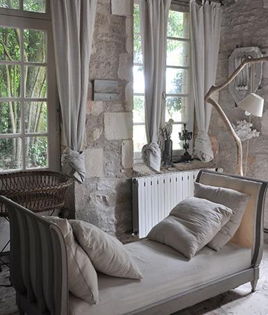 Cuisine avec table rustique en bois et bancs assortis  dans Décorations d'intérieurs . Idée décoration de cuisines Régionales et Traditionnelles sur Domozoom.