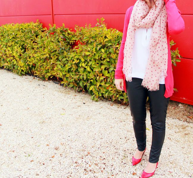 Pantalón de polipiel negro de Bershka, camisa blanca de Zara, chaqueta de punto roja de Stradivarius, salones de Zara y fular de estrellas de Mango (todo de otras temporadas). Abrigo de Zara AW14