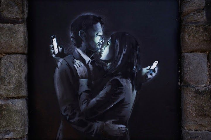 Eline De Mits - Banksy: Smart phone distracted lovers. De dag van vandaag zit iedereen maar op zijn smartphone. Geliefden kijken niet meer om met elkaar want ze zijn afgeleid van hun gsm. De mensen houden hun minder bezig met elkaar maar meer met het 'sociaal' netwerk op hun gsm. Niet meer face to face