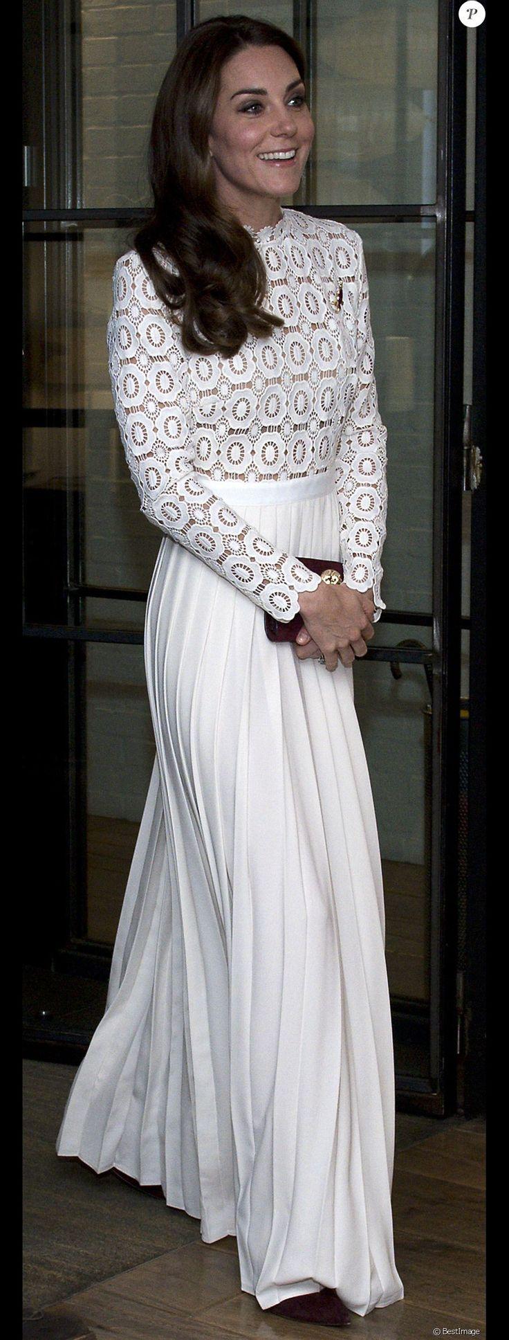 Kate Middleton, duchesse de Cambridge, était conviée en sa qualité de marraine de l'association Action on Addiction à une projection privée de courts métrages réalisés par d'anciens addicts dans le cadre du Recovery Street Film Festival chez Working Title, à Londres le 3 novembre 2016.