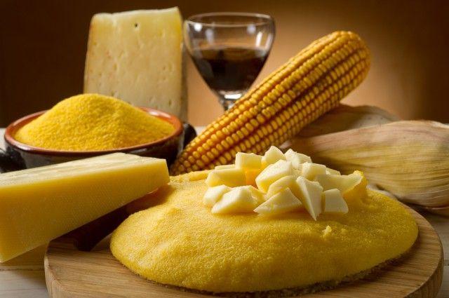 POLENTA La ricetta di base prevede sempre farina gialla di mais, a cui aggiungere, secondo il gusto e la regione in cui ci si trova, farina di grano saraceno, formaggio, salame, selvaggina o funghi.