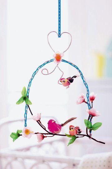 Mobile en forme de perchoir à oiseau, en fil de laiton tressé et fausse branche fleurie