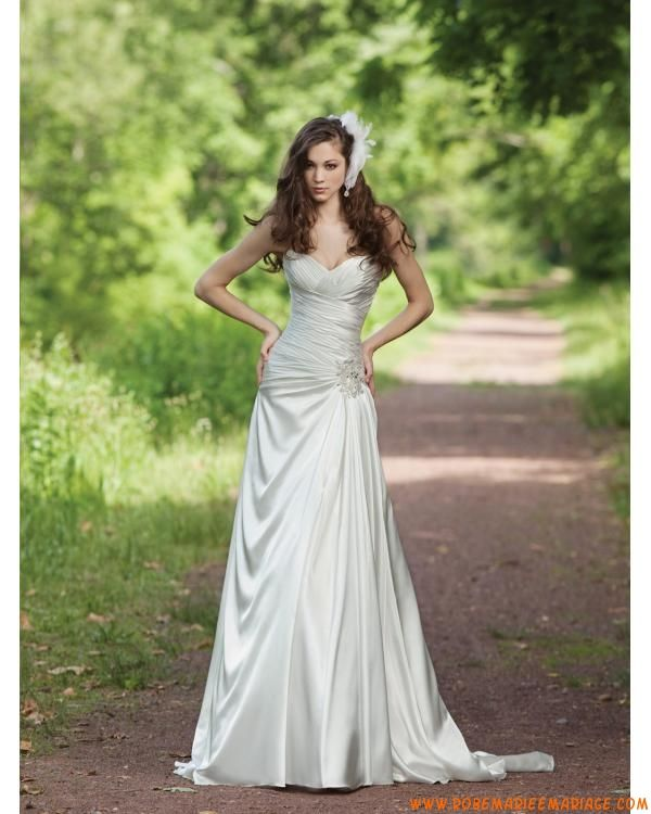 A-ligne longue robe bustier en coeur ornée des perles et des plis en satin élastique