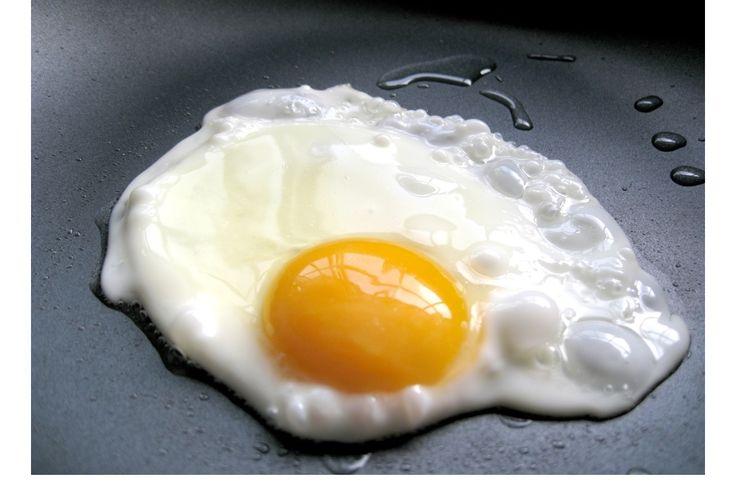 Como estrelar um ovo apenas em água, é fácil e saudável - http://www.receitasparatodososgostos.net/2016/10/17/como-estrelar-um-ovo-apenas-em-agua-e-facil-e-saudavel/