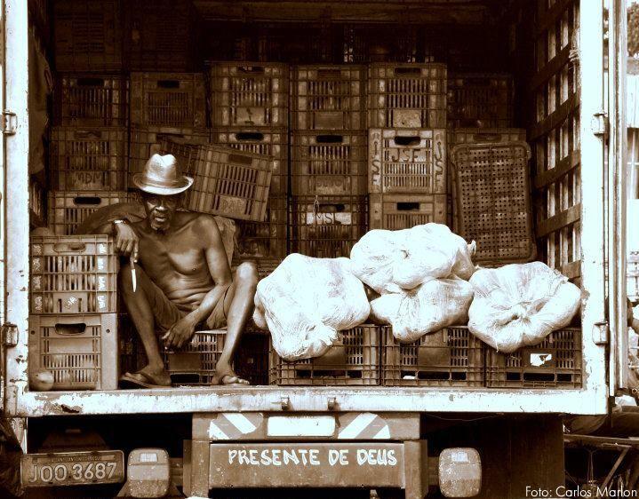 Coisas de Terê→ Feirante em Salvador, na Bahia, Brasil. Foto: Carlos Marlon- Feira de São Joaquim - National Geographic.