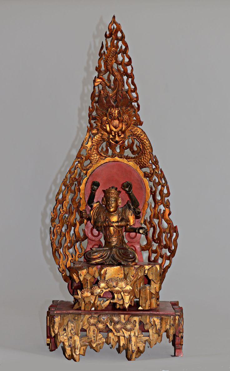 Sujet en bois laqué et doré représentant un Bodhisattva assis en meditation sur un rocher bordé de pins et surmonté de flammes d'où emerge un dragon. CHINE Ningbo - Fin du XIXe siècle  H: 79.0 cm Adjugé: 300 €