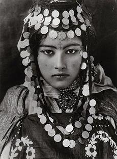 De tous temps, le tatouage a fait partie de la culture berbère. Il est lié à des rites païens, de magie voir de sorcelleries pré-islamiques. Ces croyances sont toujours ancrées dans les campagnes et intégrées dans les croyances et coutumes chez les femmes berbères. Appelé « el-âyacha » (celui qui fait vivre) cette pratique en milieu rural, est encore forte de nos jours. Les femmes dessinent sur le front de leurs enfants, un point ou une croix en se servant du noir de fumée, pour conjurer le…