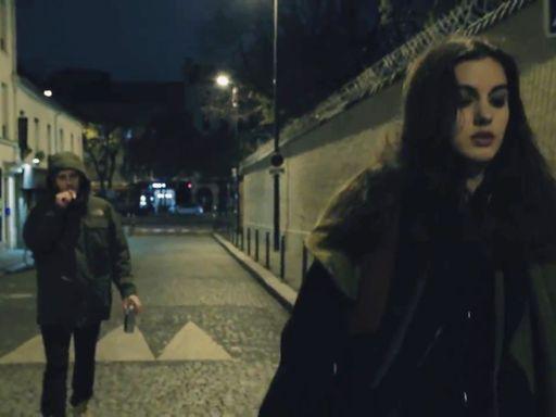 In un cortometraggio francese la storia di una ragazza che deve tornare a casa  di sera e da sola. La paura, le minacce, gli insulti e la corsa finale verso la  porta. Il regista del corto che si intitolaAu bout del rue, cioè «In fondo alla  strada», è Maxime Gaudet. In un'unica ripresa si vede la ragazza che saluta i  suoi amici e deve arrivare da sola «dolo inf ondo alla strada», ma incontra  diversi molestatori, un ubriaco la insulta e la minaccia, prima di spiccare la  corsa verso…