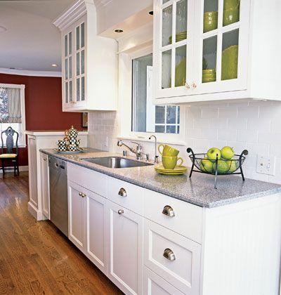 muebles clásicos, cocina blanca con encimeras de mármol gris y los paneles de vidrio en los armarios superiores