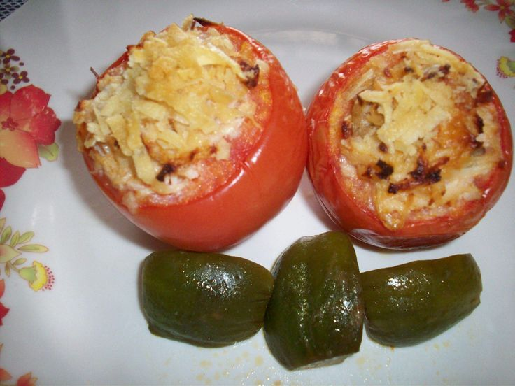 8 tomates grandes maduros  - 250 g de peito de frango refogado e desfiado  - 2 colheres (sopa) de azeite  - 1 cebola pequena picada  - 1/4 xícara de azeitona picada  - 1 xícara de requeijão cremoso  - 1 xícara de queijo ralado  - Sal, pimenta e cheiro verde a gosto  - Azeite para regar  -