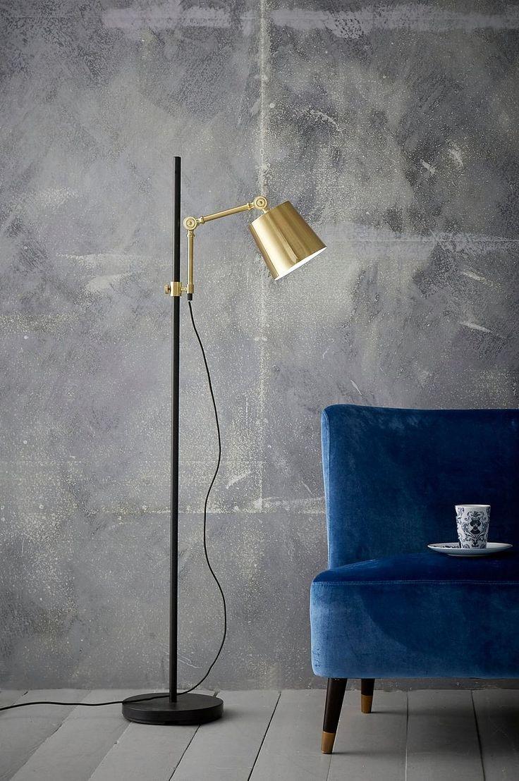 Golvlampa av metall med metallskärm och ledad arm. Skärmens placering är reglerbar i höjd på stången. Lampans höjd min 139 cm, max 157 cm. Skärmens diameter 15,5 cm, höjd 15 cm. Textilsladd med strömbrytare på golvet. Stor sockel E27. Max 40 W. Ljuskälla ingår ej.