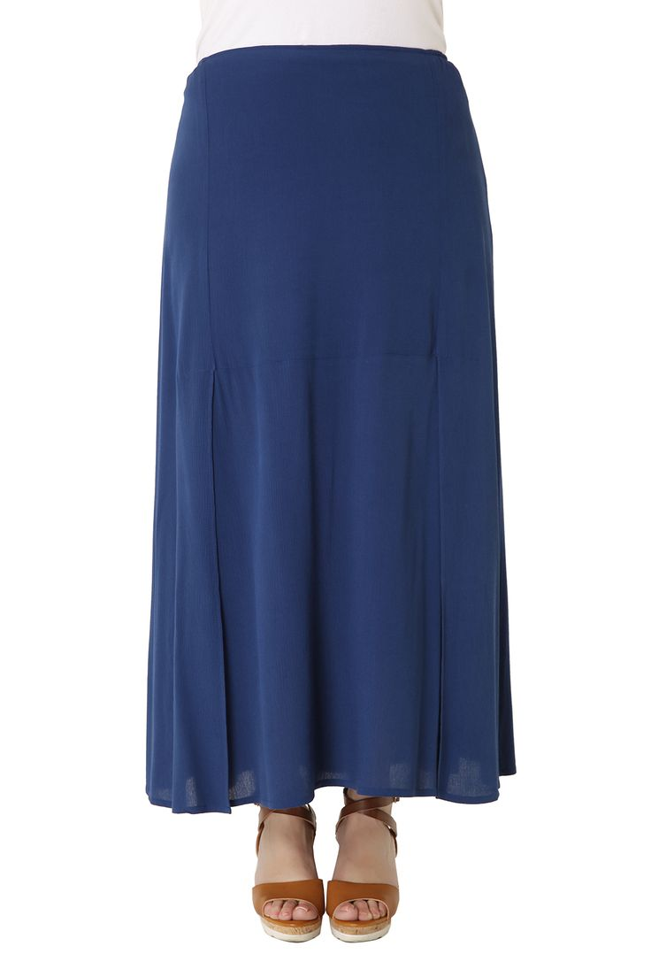 Seersucker maxi skirt with elastic waistband for a perfect fit and elegant slits. An airy skirt, ideal for all day long! Available in 2 colours.