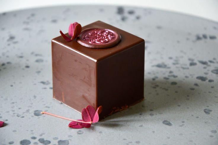 Elegante flødeboller med cookiebund, der gemmer på en hindbærskum og er omkranset af lækker mørk chokolade. Den smukkeste flødebolle.