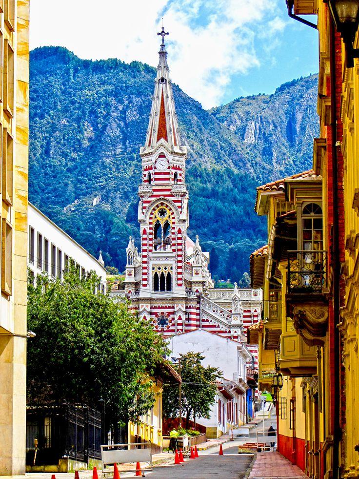 Das Merkmal der Kirche Nuestra Señora del Carmen in Bogota, Kolumbien, ist ihre rot-weiße Außenfassade.