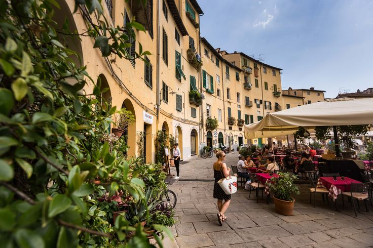 Auf AIDA Kreuzfahrt in Livorno festmachen und einen Tagesausflug nach Lucca machen.