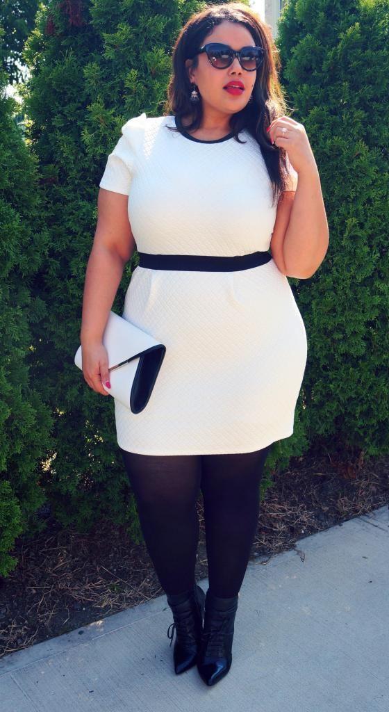 Robe blanche moulante, ceinture noire, pochette blanche et noire, collant noir, lunettes de soleil Kelly Brook for Simply Be