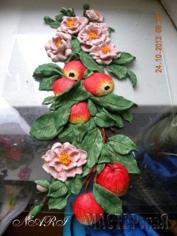 Яблоня с шиповником