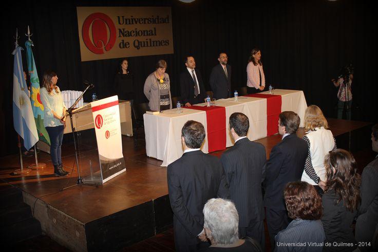 Autoridades UNQ, egresados y público presente, entonando las estrofas del Himno Nacional Argentino.