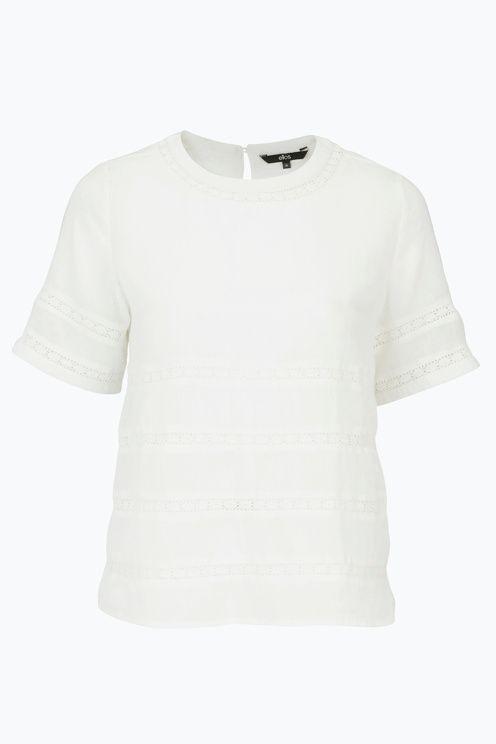 Bluse i vævet kvalitet med indsat blonde rundt samt på ærmer. Normal pasform med vidde forneden. Længde ca. 59 cm i str. 38. <br><br>100% bomuld<br>Pasform: regular<br>Vask 40°