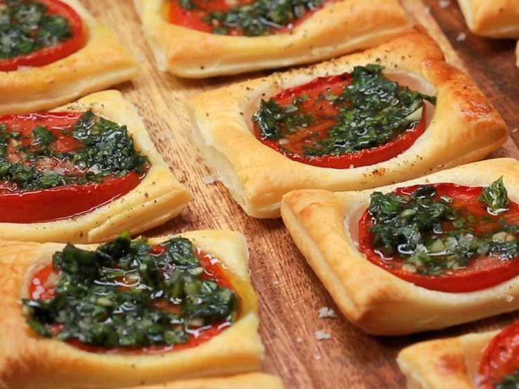 Succulents et faciles à préparer, ces feuilletés à la tomate sont parfaits pour l'apéritif, et se servent aussi bien tièdes que froids.