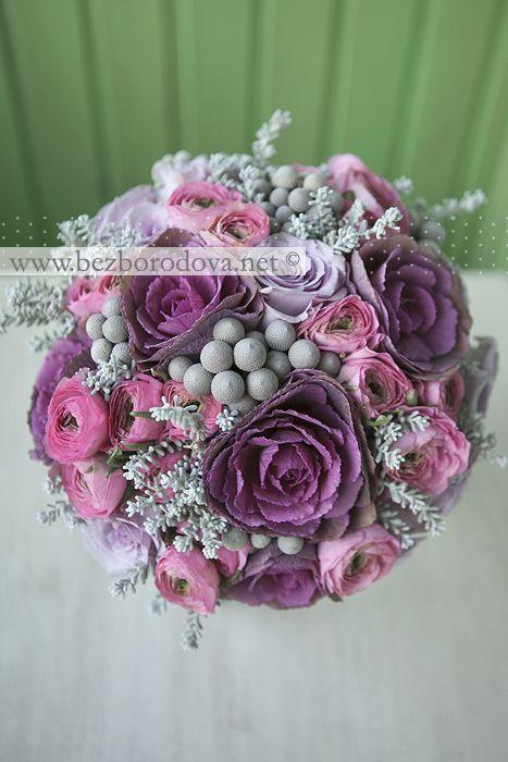 Сиреневый свадебный букет из роз с серой брунией и розовыми ранункулюсами