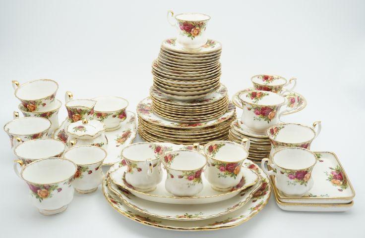 """Een porseleinen koffie- en ontbijtservies met floraal decor en gouden biezen, """"Old country roses"""", Royal Albert, Engeland: 8 theekopjes met schotels, 7 koffiekopjes met schotels, 9 ontbijtbordjes, 8 taartbordjes, 10 (bonbon)schaaltjes, 3-delig roomstel op onderschotel, tazza en 5 schalen"""