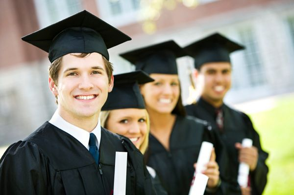 Na hard studeren (& feesten) hoopt een student natuurlijk zo'n uniform aan te kunnen om zijn/haar diploma in ontvangst te kunnen nemen!
