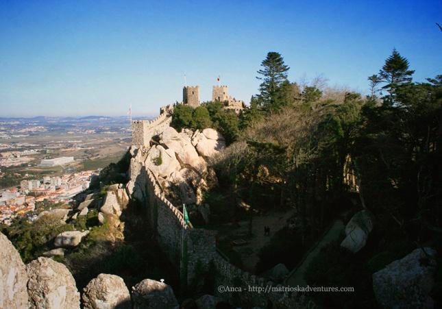 Sintra, Portogallo Portugal- Portugalia  http://matrioskadventures.com/2013/03/28/romantiche-rovine-del-castello-dos-mouros-sintra-ruine-romantice-la-castelul-maurilor-sintra/