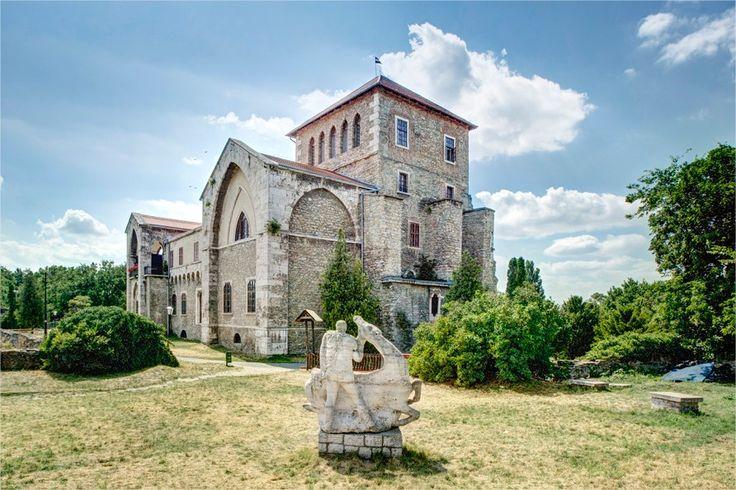 A vár épületében 1954 óta működik a Kuny Domokos Múzeum Tata
