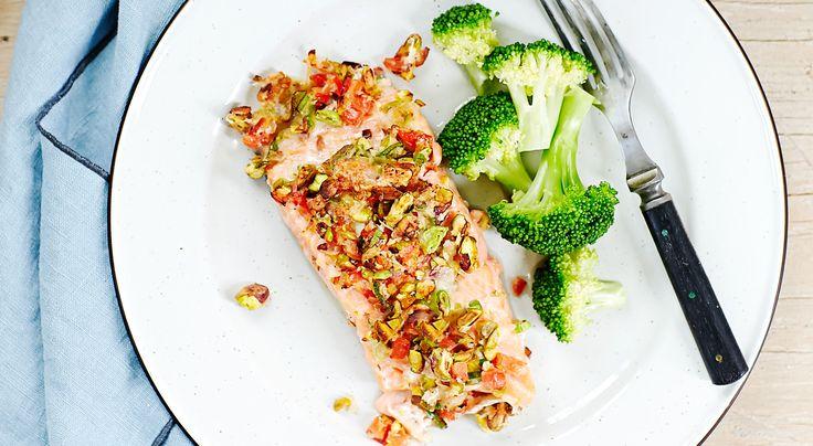 Pistaschöverbakad lax med broccoli   alltommat