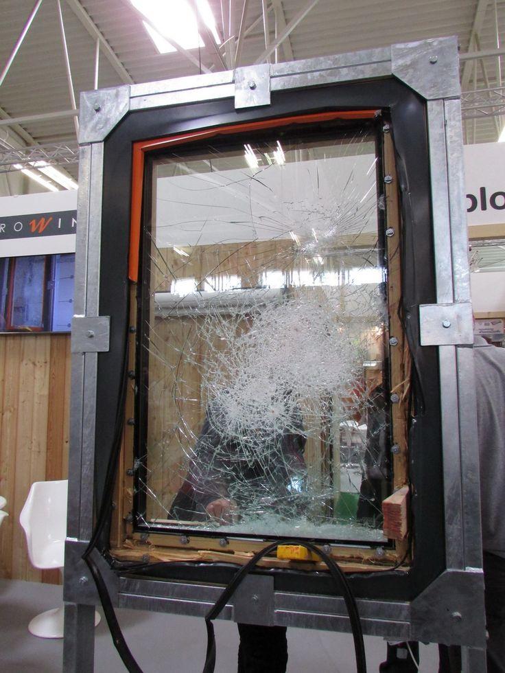 Bezpečnostné okno MAKROWIN SAFE získalo čestné uznanie veľtrhu CONECO  Certifikované bezpečnostné okno od Makrowinu nevylomili ani za 45 minút  Čestné uznanie veľtrhu CONECO 2016 získalo certifikované bezpečnostné okno MAKROWIN SAFE, za aplikáciu bezpečnostných prvkov do drevohliníkového okna. Výrobca a vystavovateľ Makrowin, s. r. o., Detva vzbudil na tohtoročnom veľtrhu CONECO-RACIOENERGIA najväčší záujem verejnosti práve týmto výrobkom. Firma vo svojom stánku predvádzala vylamovanie.