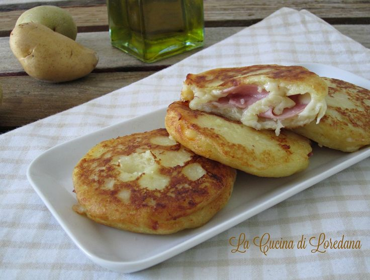 Soffici e golose le Focaccine di patate ripiene, una ricetta semplice che conquista subito tutti a tavola, da cuocere in forno o in padella