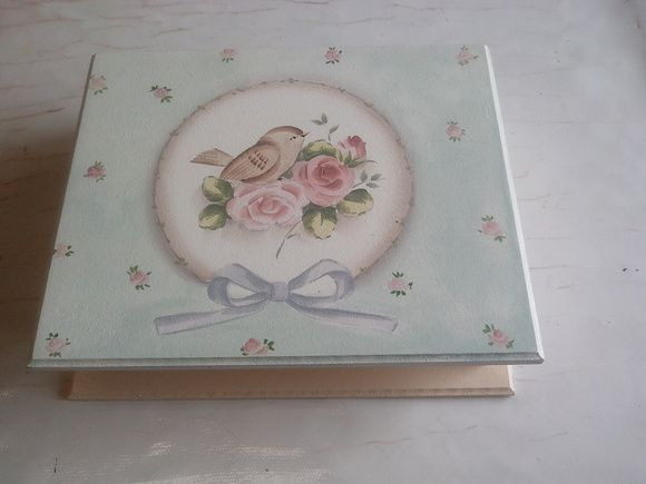 caixa em mdf pintada a mão com motivo passarinho e rosas medida da caixa  26 x 22 x 7 cm