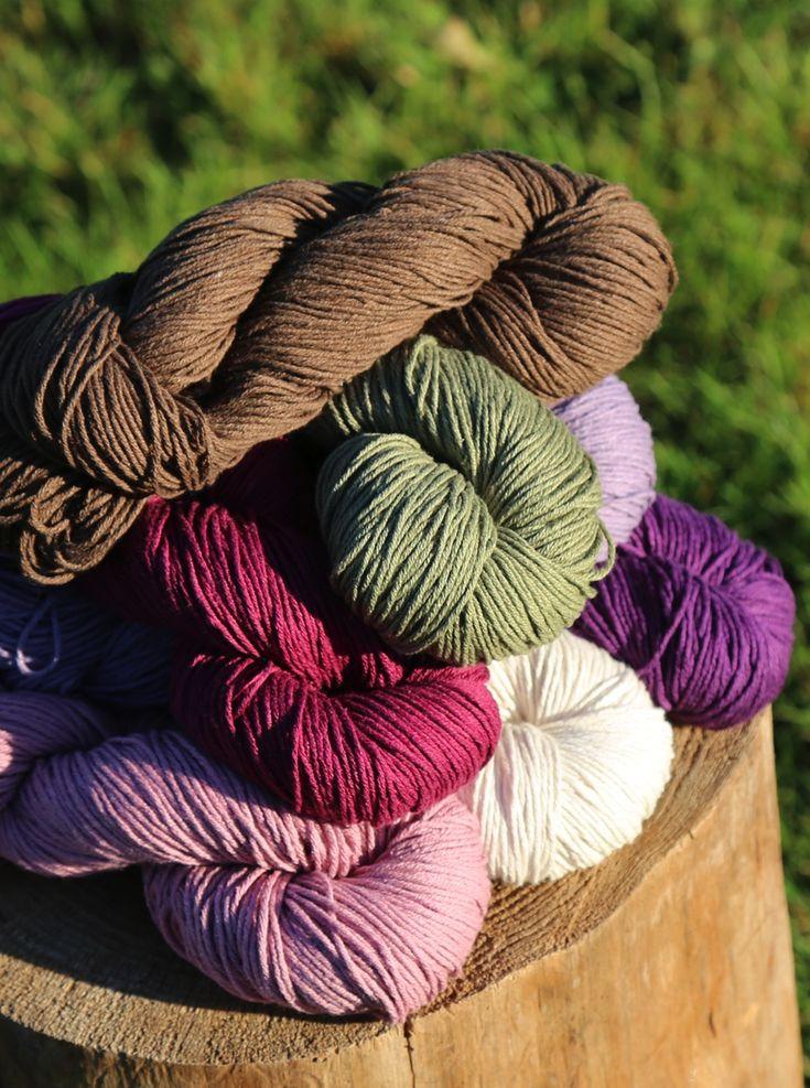 55% CHANVRE - 45% COTON BIO  Cette laine écologique et végane, associe la pureté et la résistance du chanvre à la douceur du coton bio, pour un tricot sain et responsable. Pour tous types de projets : gilets, pulls, layette, accessoires, etc...  Proposé en écheveaux de 100g/170m Échantillon après lavage : 19m/27rgs Aiguilles : +/- 4,5mm (7US)