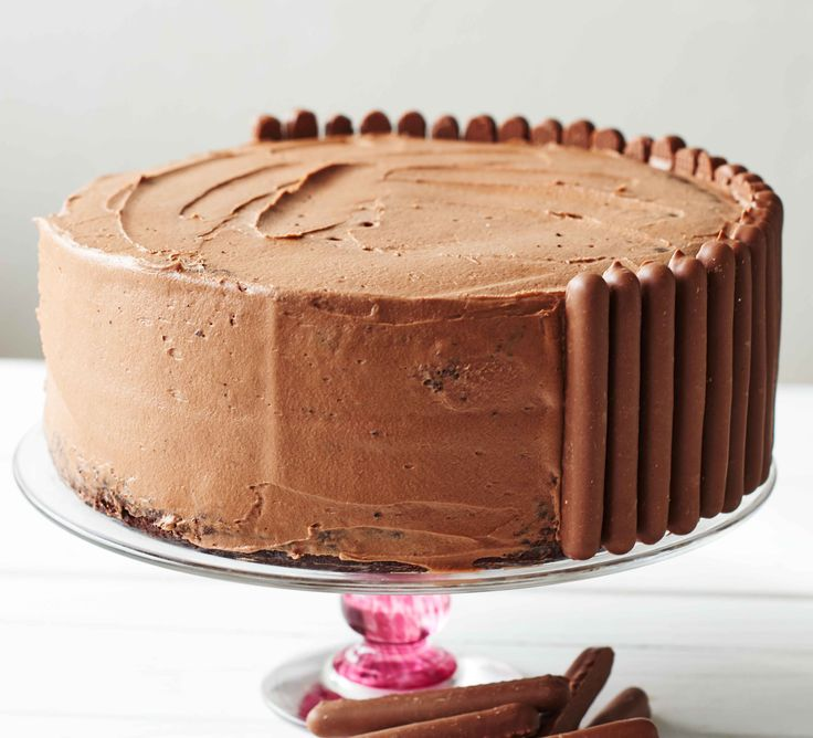 Use this easy chocolate buttercream recipe for rich and smooth icing every time - ideal for finishing birthday, celebration or party cakes >> or impress your Valentine!