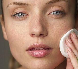Тоник для лица: за чем нужно протирать кожу?  Тоник - это раствор, удаляющий с поверхности кожи остатки косметических средств и мыла, избыточный жир, а также выступает проводником полезных микроэлементов и витаминов из кремов и сывороток.  Тоники бывают разные, но основная их задача - восстановить кислотно-щелочной баланс после умывания, убрать ощущение стянутости и удалить остатки очищающего средства. Также тоник выполняет следующие функции: ☘смягчение; ☘сужение пор; ☘восстановление…