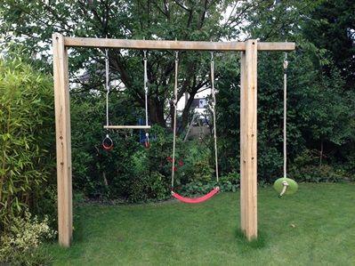 Een verticale schommel past in bijna iedere tuin.