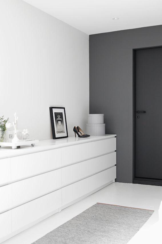 Almacenaje de una casa de estilo minimalista : via MIBLOG