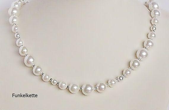 Diese Perlenkette besticht durch einzigartige Anmut und Frische die besonders einer bezaubernden Braut steht. Aber auch für andere Anlässe der perfekte Schmuck ist. Schimmernde Muschelkernperlen in verschiedenen Größen gearbeitet. Stilvoll, edel, zeitlos.  Das Schmuckstück kommt als Geschenk hübsch verpackt zu Ihnen ins Haus.  Versicherter Versand mit Sendungsnummer.  Größe/Maße/Gewicht: Länge der Perlenkette 48 cm, Verwendete Materialien: Weiße Muschelkernperlen 12/10/6 m...