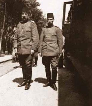 1881-1915 yılları arası Atatürk albümü. Hareket Ordusu Komutanı Hüseyin Hüsnü Paşa ile, Selanik, 15-16 Nisan 1909