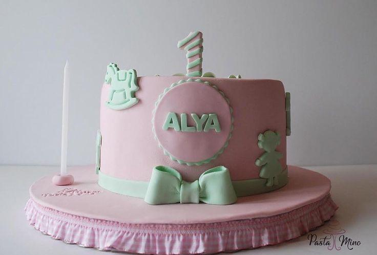 1 Year Birthday Cake Design For Alya! Happy Birthday Sweet Angel. Hem çok uzun hem de göz açıp kapayınca geçen o bir yıl! Heyecan içinde beklenen doğumu, uykusu, uykusuzluğu,diş kaşıntısı, emeklemesi, ayaklanması, tepkileri derkeen, bir yıl tamamlanır. Sağlık, mutluluk, huzur ve kendin gibi TATLI bir ömrün olsun Alya Bebek. İyi ki Doğdun! #birthdaycake #babycake #oneyear #yellow #pink #green #cakedesign #cake #baker #bakery #pastry #patisserie #photooftheday #pastamino #cakedecorating…