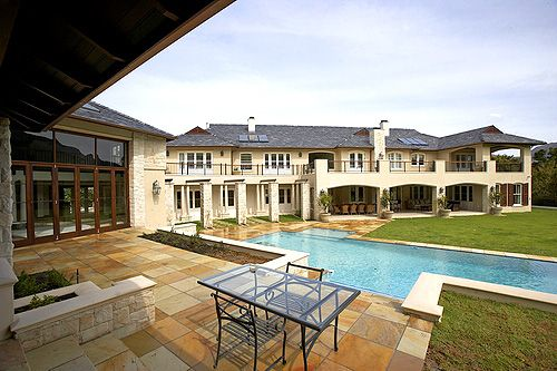 Constantia Lush - Large Villa in Constantia Accommodating up to 10 | Constantia Lush is situated within 5-10 min to shopping malls, health and fitness club, Groot Constanita wine farm, restaurants and bars