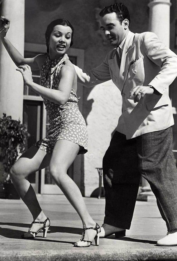 Мужчина и женщина танцуют конга.1935
