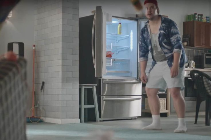 Kommt eine Mayo-Flasche geflogen... Adrian und Markus räumen im neuen Spot zum Shopping Festival von OTTO ihren Kühlschrank ein. Foto: OTTO #werbung #was1festival