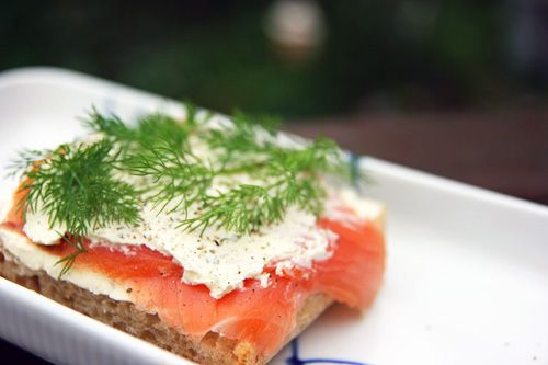Sandwich med Røget Laks, Hvidløgsflødeost og Dild